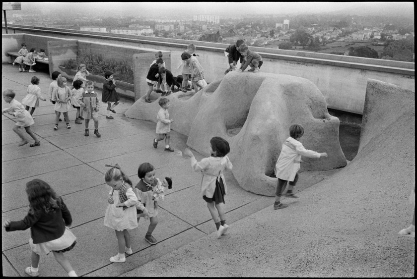 Photo by Rene Burri showing children playing on the roof of Le Corbusier's Unité d'Habitation